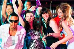 De partijmensen die van de disco in een club dansen Stock Afbeeldingen