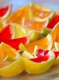 De partijvoedsel van heldere geleikinderen op oranje schillen Royalty-vrije Stock Foto's