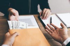 De partner heeft een voorstel over corruptie ingediend en geheime zaken met de hoofdmanager van het bedrijf gedaan royalty-vrije stock afbeelding