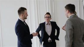 De partners bespreken het nieuws stock footage
