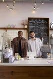 De partners bij de teller van een koffie winkelen, verticaal royalty-vrije stock afbeeldingen