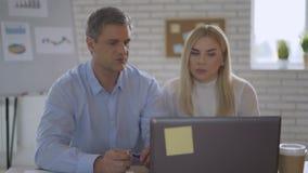 De partners in het bureau werken bij de computer het harde werk, brainstorming 4K stock video