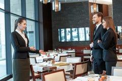 De partners komen bij lunch samen royalty-vrije stock foto