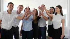 De partners maken clinking glas met champagne in moderne bureauruimte stock footage