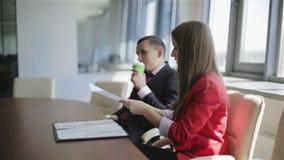 De partners werken in het bureau met documenten stock footage
