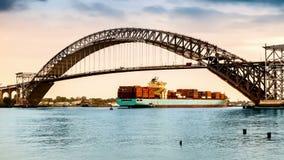 De pas van containerschepen onder Bayonne-Brug, NJ stock video
