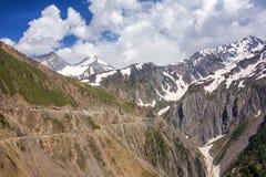De Pas van hoge hoogtezojila tussen Srinagar en Kargil, India stock afbeeldingen