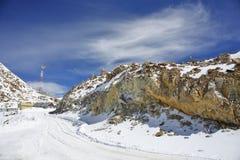 De pas van Khardungla - één van de hoogste motorable wegen Stock Foto