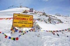 De pas van Khardungla - één van de hoogste motorable wegen Royalty-vrije Stock Afbeeldingen