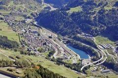 De Pas van San Gottardo, Zwitserland - een mening van het dorp Airolo Royalty-vrije Stock Foto