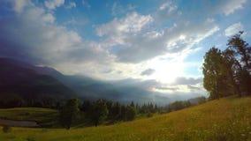 De Pas van zonstralen door de Wolken over de Bergen bij Zonsondergang stock videobeelden