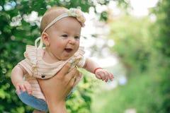 De pasgeboren baby geniet van vliegend in vadershanden Pasgeboren babymeisje en vader Ik ben daddys meisje Ik heb een elke vaders stock fotografie