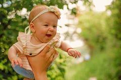 De pasgeboren baby geniet van vliegend in vadershanden Pasgeboren babymeisje en vader Ik ben daddys meisje Ik heb een elke vaders royalty-vrije stock afbeelding
