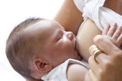 De pasgeboren baby krijgt het de borst geven Stock Foto's