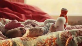 De pasgeboren baby ligt op zijn rug en probeert voor het eerst te glimlachen 1920x1080 stock footage