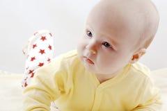 De pasgeboren baby probeert te kruipen Royalty-vrije Stock Foto's