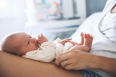 De pasgeboren eerste dagen van de babyslaap van het leven thuis stock afbeeldingen