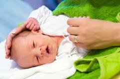 De pasgeboren en handen van de moeder Stock Foto's