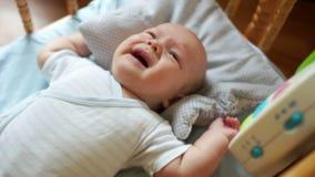 De pasgeboren schreeuwen Drie maanden van geboorte De baby roept mamma Zorg van pasgeborenen stock video