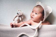 De pasgeboren slaap van de baby Aziatische jongen bij blauwe achtergrond royalty-vrije stock afbeelding