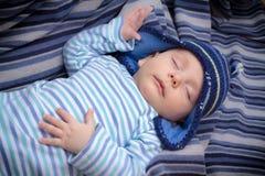 De pasgeboren slaap van de babyjongen Stock Foto's