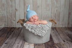 De pasgeboren Slaap van de Babyjongen in een Emmer Royalty-vrije Stock Foto's