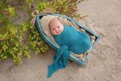 De pasgeboren Slaap van de Babyjongen in een Uiterst kleine Boot Royalty-vrije Stock Foto's