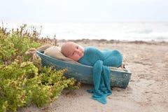De pasgeboren Slaap van de Babyjongen in een Uiterst kleine Boot Royalty-vrije Stock Fotografie