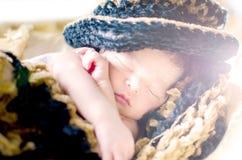 De pasgeboren slaap van de babyjongen in mand Royalty-vrije Stock Fotografie