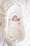 De pasgeboren Slaap van het Babymeisje in Wieg Stock Afbeeldingen