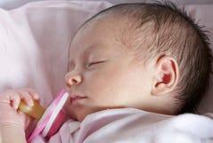 De pasgeboren Slaap van het Meisje van de Baby Royalty-vrije Stock Foto