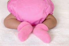 De pasgeboren voeten van het babymeisje stock fotografie
