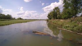 De paso bajo sobre el río Vistula en Varsovia en Polonia metrajes