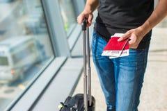 De paspoorten van de mensenholding en instapkaart bij luchthaven royalty-vrije stock foto's