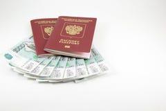 De paspoorten van de Russische Federatie en het geld Stock Afbeelding
