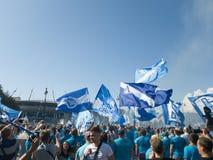 De passage van de ventilators van Zenit op Krestovsky-eiland in de richting van het stadion vóór het begin van het nieuwe voetbal stock foto's