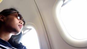 De passagier binnen vliegtuig stock video