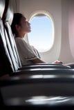 De passagier ontspant in het vliegtuig stock afbeelding