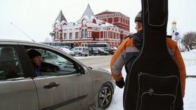 De passagier van de auto die aan een voetganger spreken stock footage