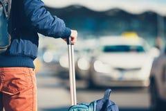 De passagier wacht op taxi royalty-vrije stock afbeeldingen