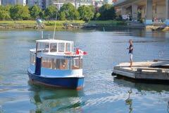 De passagier wacht op Valse Kreekveerboot Royalty-vrije Stock Foto's