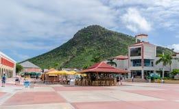 De passagiers binnen de Philipsburg-Terminal van de Cruisehaven in Sint Maarten met met vrijstelling van rechten winkelt en ander royalty-vrije stock foto