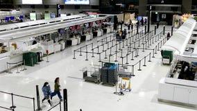 De passagiers controleren binnen bij tellers bij Narita Internationale Luchthaven stock video