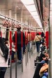 De passagiers in de Massa van Hong Kong MTR doortrekken SpoorwegMetro Stock Afbeeldingen