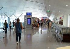 De passagiers die bij de Vreedzame Lucht van Jetstar wachten controleren in tellers stock fotografie