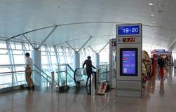 De passagiers die bij de Vreedzame Lucht van Jetstar wachten controleren in tellers stock afbeeldingen
