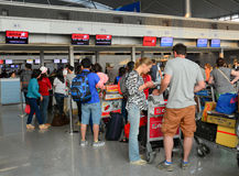 De passagiers die bij de Vreedzame Lucht van Jetstar wachten controleren in tellers royalty-vrije stock fotografie