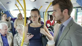 De passagiers die zich op Bezige Forens bevinden vervoeren per bus stock footage