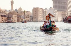 De passagiers in een water taxi?en in Doubai royalty-vrije stock foto's