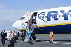 De passagiers gaan van vliegtuig uit stock fotografie
